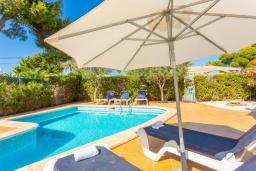 Зона отдыха у бассейна. Испания, Кала-д'Ор : Цветущая вилла для отдыха на испанском острове Майорка, с 3 спальнями, 2 ванными комнатами и частным бассейном.