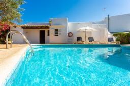 Бассейн. Испания, Кала-д'Ор : Цветущая вилла для отдыха на испанском острове Майорка, с 3 спальнями, 2 ванными комнатами и частным бассейном.