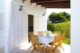 Терраса. Испания, Кала-д'Ор : Цветущая вилла для отдыха на испанском острове Майорка, с 3 спальнями, 2 ванными комнатами и частным бассейном.