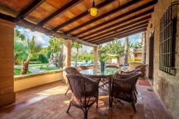 Терраса. Испания, Алькудия : Великолепная вилла в традиционном испанском стиле, с 3 спальнями, 2 ванными комнатами и собственным бассейном.