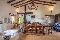 Гостиная / Столовая. Испания, Алькудия : Великолепная вилла в традиционном испанском стиле, с 3 спальнями, 2 ванными комнатами и собственным бассейном.