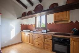 Кухня. Испания, Алькудия : Великолепная вилла в традиционном испанском стиле, с 3 спальнями, 2 ванными комнатами и собственным бассейном.