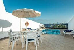 Терраса. Испания, Лансароте : Элегантная вилла в двух шагах от моря, с потрясающим видом, 3 спальнями, 3 ванными комнатами, а также собственным бассейном с подогревом.