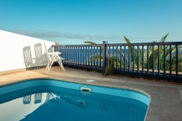 Бассейн. Испания, Лансароте : Элегантная вилла в двух шагах от моря, с потрясающим видом, 3 спальнями, 3 ванными комнатами, а также собственным бассейном с подогревом.