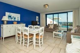 Гостиная / Столовая. Испания, Лансароте : Элегантная вилла в двух шагах от моря, с потрясающим видом, 3 спальнями, 3 ванными комнатами, а также собственным бассейном с подогревом.