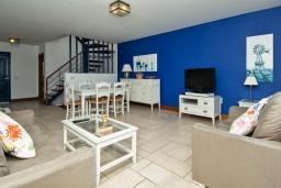 Гостиная / Столовая. Испания, Лансароте : Светлая комфортабельная вилла в двух шагах от моря, с потрясающим видом, 3 спальнями, 3 ванными комнатами, а также собственным бассейном с подогревом.