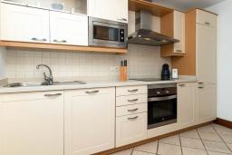 Кухня. Испания, Лансароте : Светлая комфортабельная вилла в двух шагах от моря, с потрясающим видом, 3 спальнями, 3 ванными комнатами, а также собственным бассейном с подогревом.
