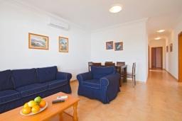 Гостиная / Столовая. Испания, Лансароте : Современная комфортабельная вилла с 3 спальнями, 2 ванными комнатами и собственным бассейном с подогревом.