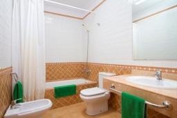 Ванная комната. Испания, Лансароте : Современная комфортабельная вилла с 3 спальнями, 2 ванными комнатами и собственным бассейном с подогревом.