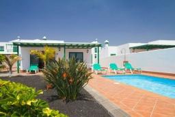 Вид на виллу/дом снаружи. Испания, Лансароте : Комфортабельная вилла с 3 спальнями, 2 ванными комнатами и собственным бассейном с подогревом.