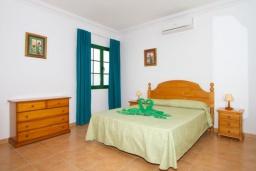 Спальня. Испания, Лансароте : Комфортабельная вилла с 3 спальнями, 2 ванными комнатами и собственным бассейном с подогревом.