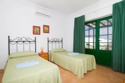 Спальня 2. Испания, Лансароте : Комфортабельная вилла с 3 спальнями, 2 ванными комнатами и собственным бассейном с подогревом.