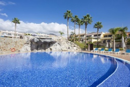 Испания, Коста Адехе : Красивые 2-х этажные аппартаменты в современном стиле. Расположены в 5 мин. хотьбы от пляжа Playas del Veril. Открытый бассейн, 3 спальни, 2 ванные комнаты, кондиционирование, wifi и 50дюймов ТВ