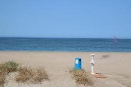 Пляж. Испания, Дения : Хорошая и уютная вилла на берегу моря, 3 спальни, 3 ванные комнаты, спутниковое телевидение, сад, терраса, барбекю, Wi-Fi, кондиционер, бассейн, парковка