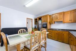Кухня. Испания, Муро : Просторный таунхаус для отдыха 6-и гостей