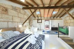 Спальня. Испания, Польенса : Эффектный таунхаус в живописной деревне Бугер, с крытым бассейном, террасой на крыше с видом на горы Трамунтана, 3 спальни, 3 ванные комнаты, гостиная, Wi-Fi.