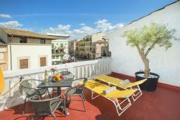 Терраса. Испания, Польенса : Эффектный таунхаус в живописной деревне Бугер, с крытым бассейном, террасой на крыше с видом на горы Трамунтана, 3 спальни, 3 ванные комнаты, гостиная, Wi-Fi.