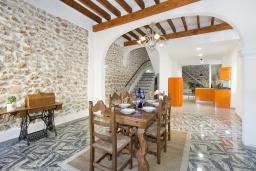 Гостиная / Столовая. Испания, Польенса : Эффектный таунхаус в живописной деревне Бугер, с крытым бассейном, террасой на крыше с видом на горы Трамунтана, 3 спальни, 3 ванные комнаты, гостиная, Wi-Fi.