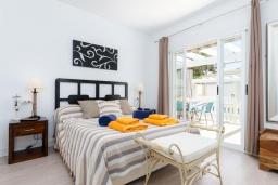 Спальня. Испания, Муро : Дом с террасрй и общим бассейном для 6 человек
