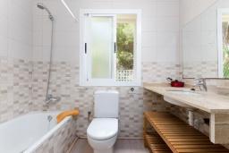 Ванная комната. Испания, Муро : Дом с террасрй и общим бассейном для 6 человек