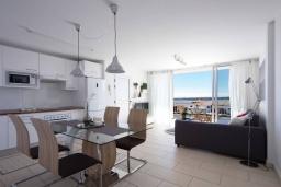 Студия (гостиная+кухня). Испания, Санта-Крус-де-Тенерифе : Уютные современные аппартаменты с небольшой кухней-гостиной и открытым бассейном в городе Порис де Абона,  300 м до пляжа Абос-де-Абона, 2 спальни, 1 ванная комната, wi-fi