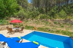 Зона отдыха у бассейна. Испания, Андрайч : Очаровательный дом с частным бассейном и террасой