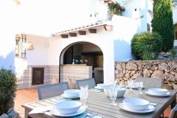 Патио. Испания, Дения : Роскошная и комфортабельная вилла с видом на море, 3 спальни, гостиная, 3 ванные комнаты, спутниковое телевидение, сад, терраса, барбекю, Wi-Fi, кондиционер, бассейн, парковка