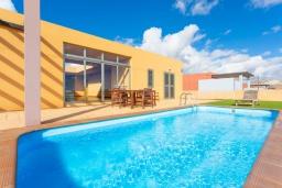 Бассейн. Испания, Фуэртевентура : Яркая современная вилла для отдыха с видом на море, с 3 спальнями, 3 ванными комнатами, а также отдельным бассейном с подогревом