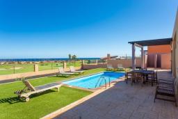 Терраса. Испания, Фуэртевентура : Яркая современная вилла для отдыха с видом на море, с 3 спальнями, 3 ванными комнатами, а также отдельным бассейном с подогревом