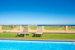 Вид на море. Испания, Фуэртевентура : Яркая современная вилла для отдыха с видом на море, с 3 спальнями, 3 ванными комнатами, а также отдельным бассейном с подогревом