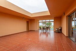 Патио. Испания, Фуэртевентура : Яркая современная вилла для отдыха с видом на море, с 3 спальнями, 3 ванными комнатами, а также отдельным бассейном с подогревом