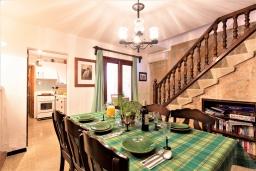 Гостиная / Столовая. Испания, Польенса : Идеальный дом для отпуска в самом сердце Полленсы, с внутренним двориком и прекрасным видом на горы с террасы с барбекю, 4 спальни с детской кроваткой, 2 ванные комнаты, бесплатный WIFI.