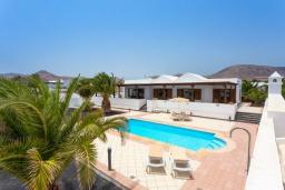Зона отдыха у бассейна. Испания, Лансароте : Просторная хорошо меблированная вилла с 3 спальнями, 3 ванными комнатами, а также собственным бассейном с подогревом.