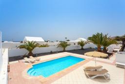 Бассейн. Испания, Лансароте : Просторная хорошо меблированная вилла с 3 спальнями, 3 ванными комнатами, а также собственным бассейном с подогревом.
