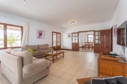 Гостиная / Столовая. Испания, Лансароте : Просторная хорошо меблированная вилла с 3 спальнями, 3 ванными комнатами, а также собственным бассейном с подогревом.