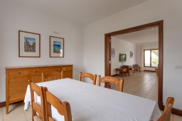 Обеденная зона. Испания, Лансароте : Просторная хорошо меблированная вилла с 3 спальнями, 3 ванными комнатами, а также собственным бассейном с подогревом.