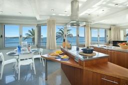Кухня. Испания, Польенса : Апартаменты класса люкс в Порт-де-Полленса в нескольких шагах от пляжа Польенса,с видом на море, 1 спальня, 2 ванные комнаты, Wi-Fi.