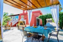 Терраса. Испания, Порто Колом : Яркая вилла со стильным интерьером,  4 спальнями, 2 ванными комнатами и собственным бассейном.