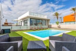Вид на виллу/дом снаружи. Испания, Фуэртевентура : Современная большая двухэтажная вилла с частным бассейном, просторной террасой и барбекю.