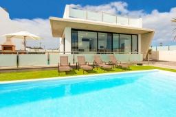 Бассейн. Испания, Фуэртевентура : Современная большая двухэтажная вилла с частным бассейном, просторной террасой и барбекю.
