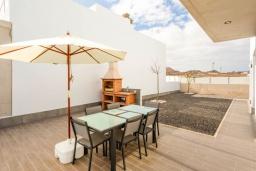 Обеденная зона. Испания, Фуэртевентура : Современная большая двухэтажная вилла с частным бассейном, просторной террасой и барбекю.