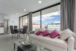 Гостиная / Столовая. Испания, Фуэртевентура : Современная большая двухэтажная вилла с частным бассейном, просторной террасой и барбекю.