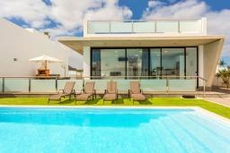 Вид на виллу/дом снаружи. Испания, Фуэртевентура : Красивая современная двухэтажная вилла с частным бассейном, просторной террасой и барбекю.