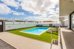 Терраса. Испания, Фуэртевентура : Красивая современная двухэтажная вилла с частным бассейном, просторной террасой и барбекю.