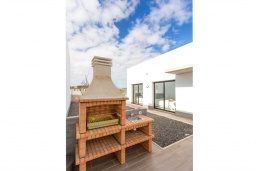 Зона барбекю / Мангал. Испания, Фуэртевентура : Красивая современная двухэтажная вилла с частным бассейном, просторной террасой и барбекю.