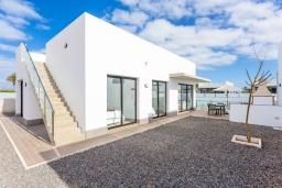 Патио. Испания, Фуэртевентура : Красивая современная двухэтажная вилла с частным бассейном, просторной террасой и барбекю.
