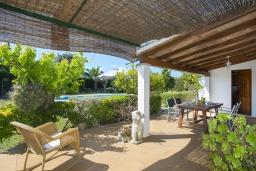 Терраса. Испания, Порт-де-Польенса : Уютная семейная вилла между старым городом Полленса и песчаными пляжами Пуэрто-де-Полленса с мебилированной террасой, ухоженным садом и бассейном, 2 спальни, 1 ванная комната, гостиная-столовая, Wi-Fi.