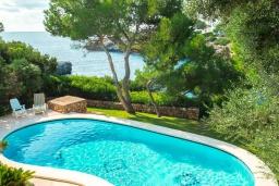 Бассейн. Испания, Кала-д'Ор : Большая двухэтажная вилла для отдыха на испанском острове,  с 5 спальнями, 3 ванными комнатами, частным бассейном и видом на море.
