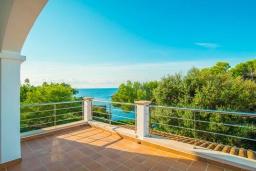 Вид на море. Испания, Кала-д'Ор : Большая двухэтажная вилла для отдыха на испанском острове,  с 5 спальнями, 3 ванными комнатами, частным бассейном и видом на море.