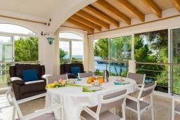 Терраса. Испания, Кала-д'Ор : Большая двухэтажная вилла для отдыха на испанском острове,  с 5 спальнями, 3 ванными комнатами, частным бассейном и видом на море.